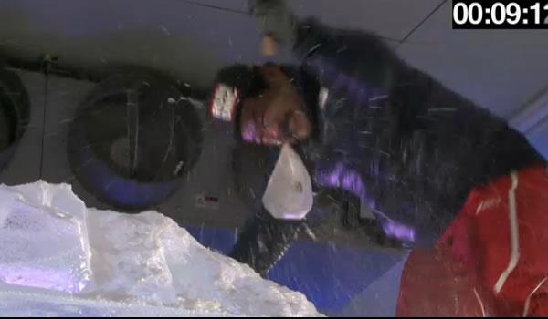 氷塊の中のレッドブルを探す